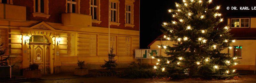 Stadthaus mit Weihnachtsbaum